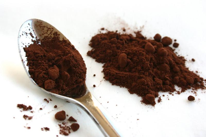 Ложка какао-порошка