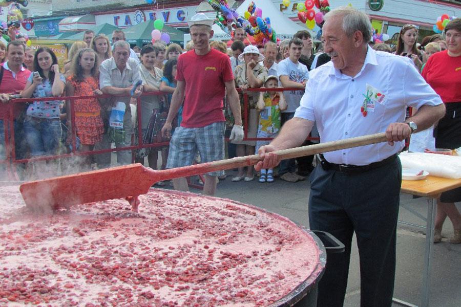 500 кг клубничного варенья - рекорд в Изюме.